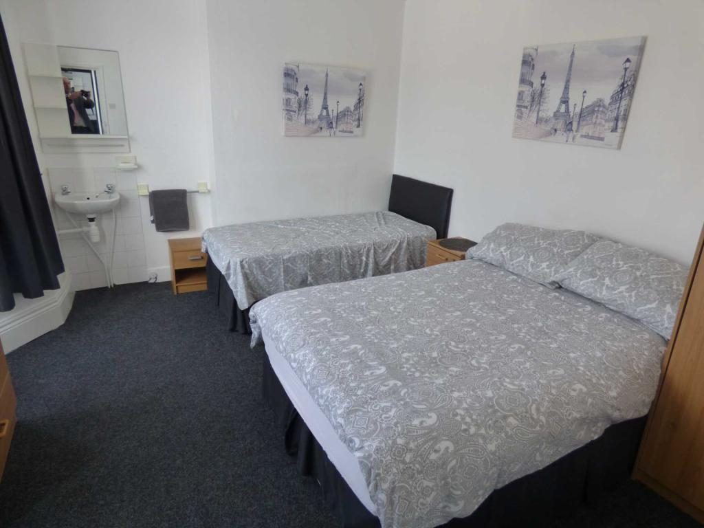 Double room with a double bed and single bed